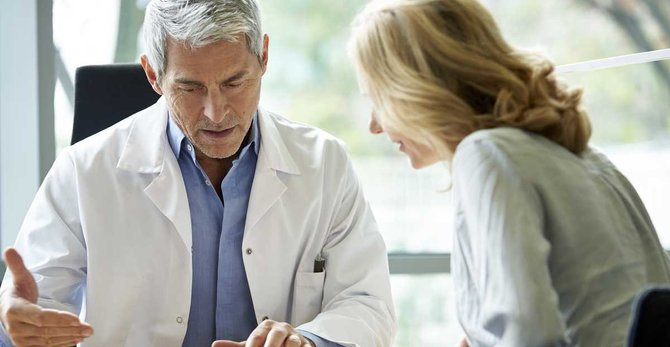 ¿Con qué frecuencia debo de ver a mi ginecólogo durante la menopausia?