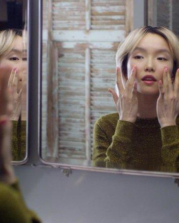 Aumenta la luminosidad de tu piel con esta rutina fácil de masajes